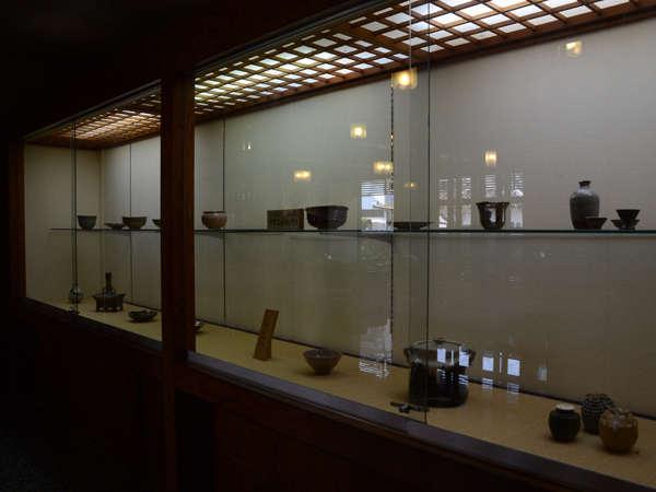唐津焼:中里太郎右衛門窯の作品など館内ギャラリーに展示しています