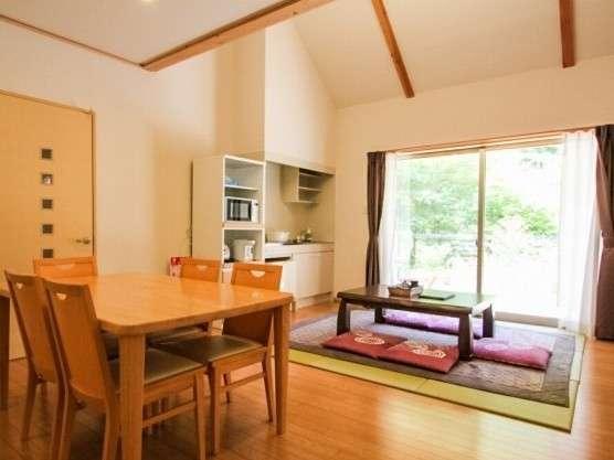 【温泉付きコテージ】14畳のリビングルームは木と白を基調にした落ち着いたイメージ