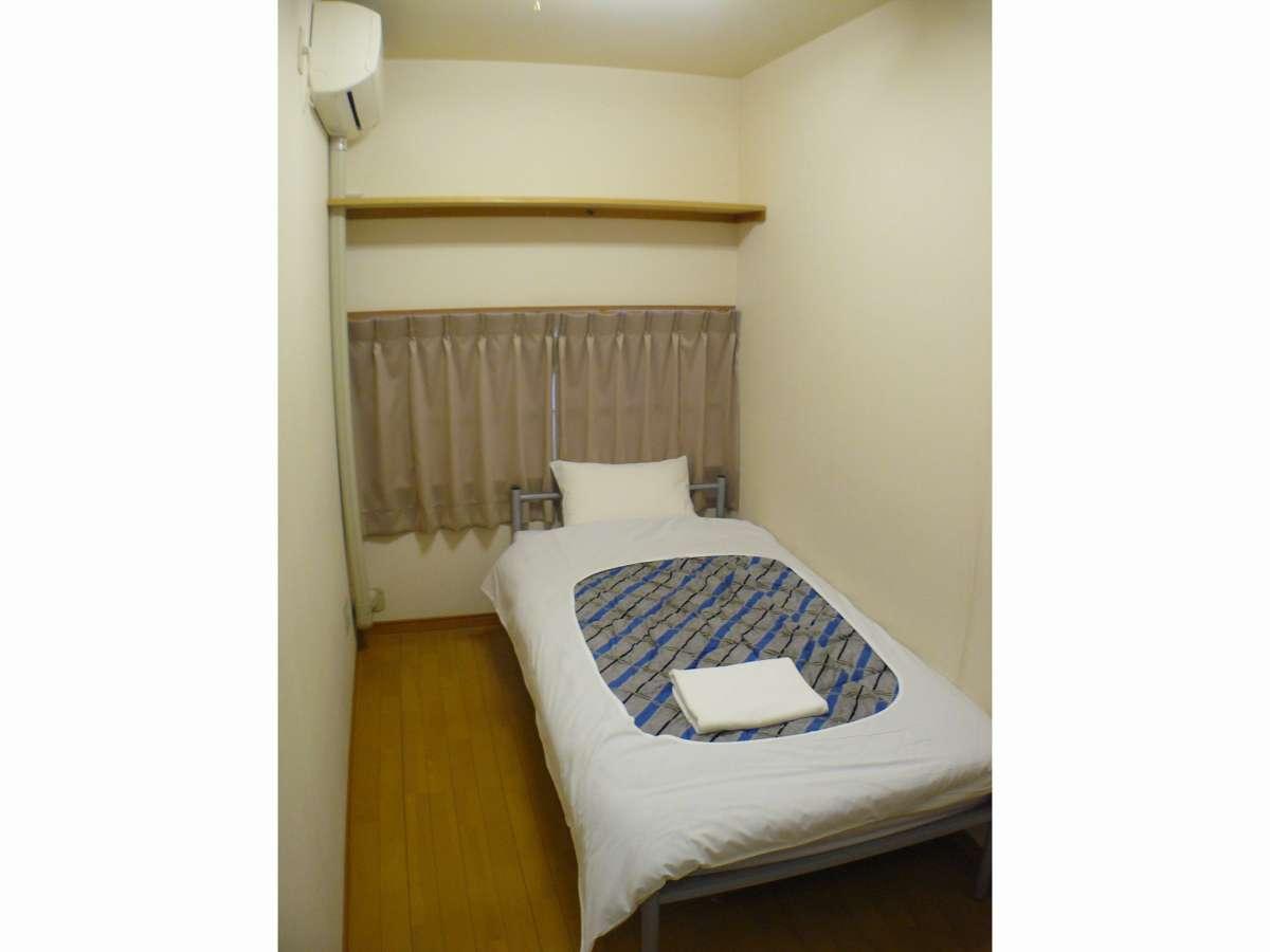 シングルルーム 3~3.5畳程の広さのシンプルなお部屋です。