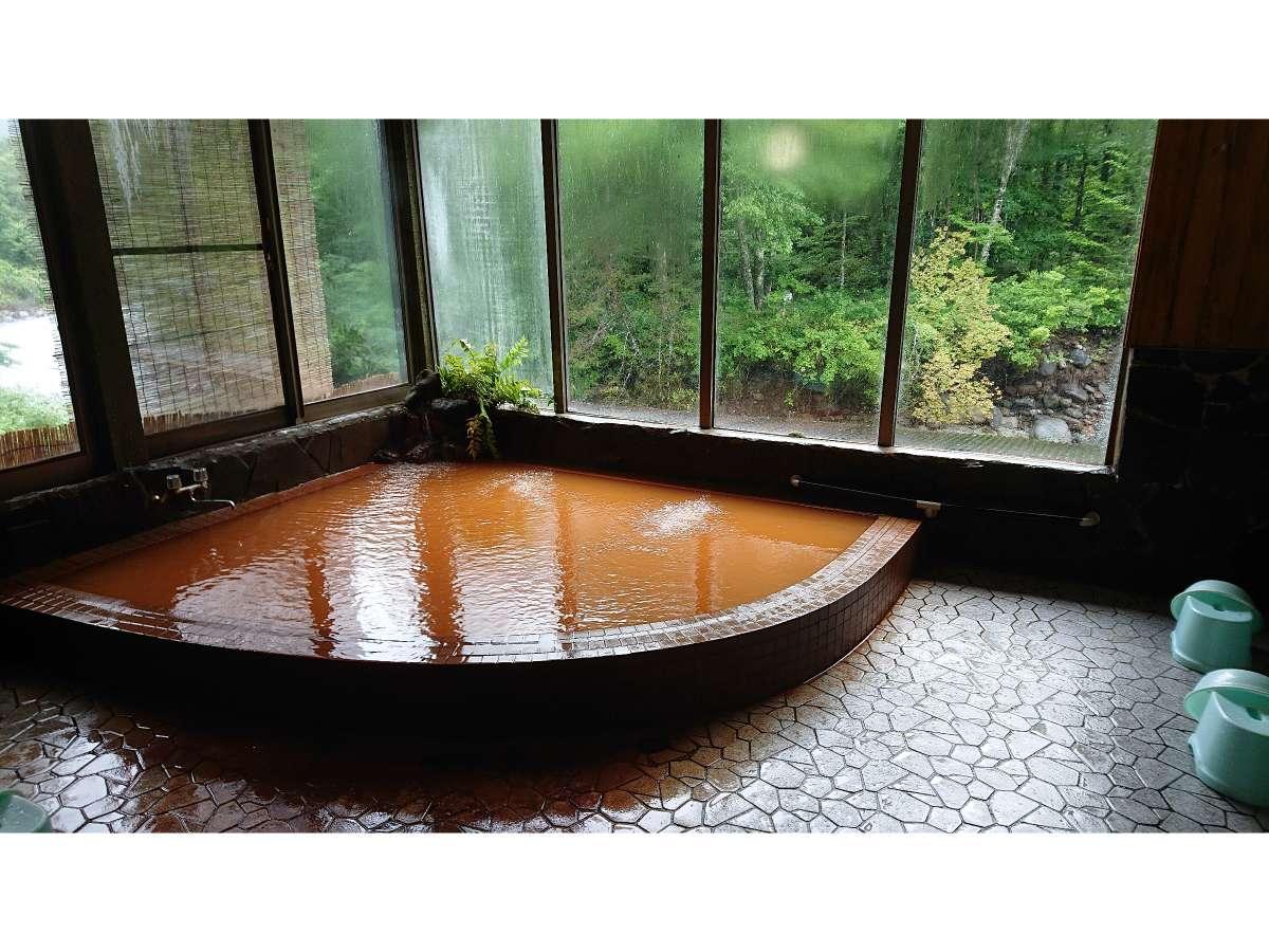 窓から清流秋神川が望める内風呂、茶褐色の湯は体の芯まで温まります。