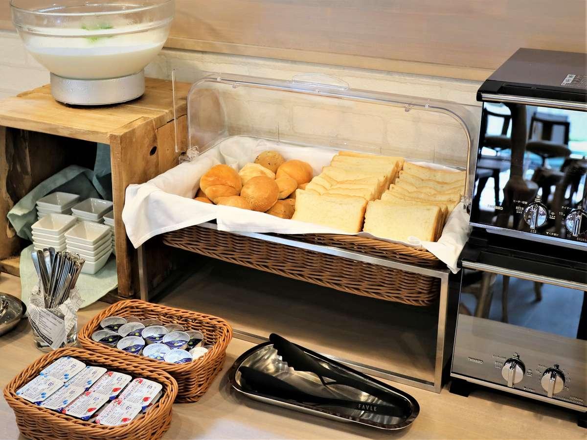 パンは3種類からお選びいただけます。カリッと焼いてもよし、焼かずに柔らかく食すのもよし。