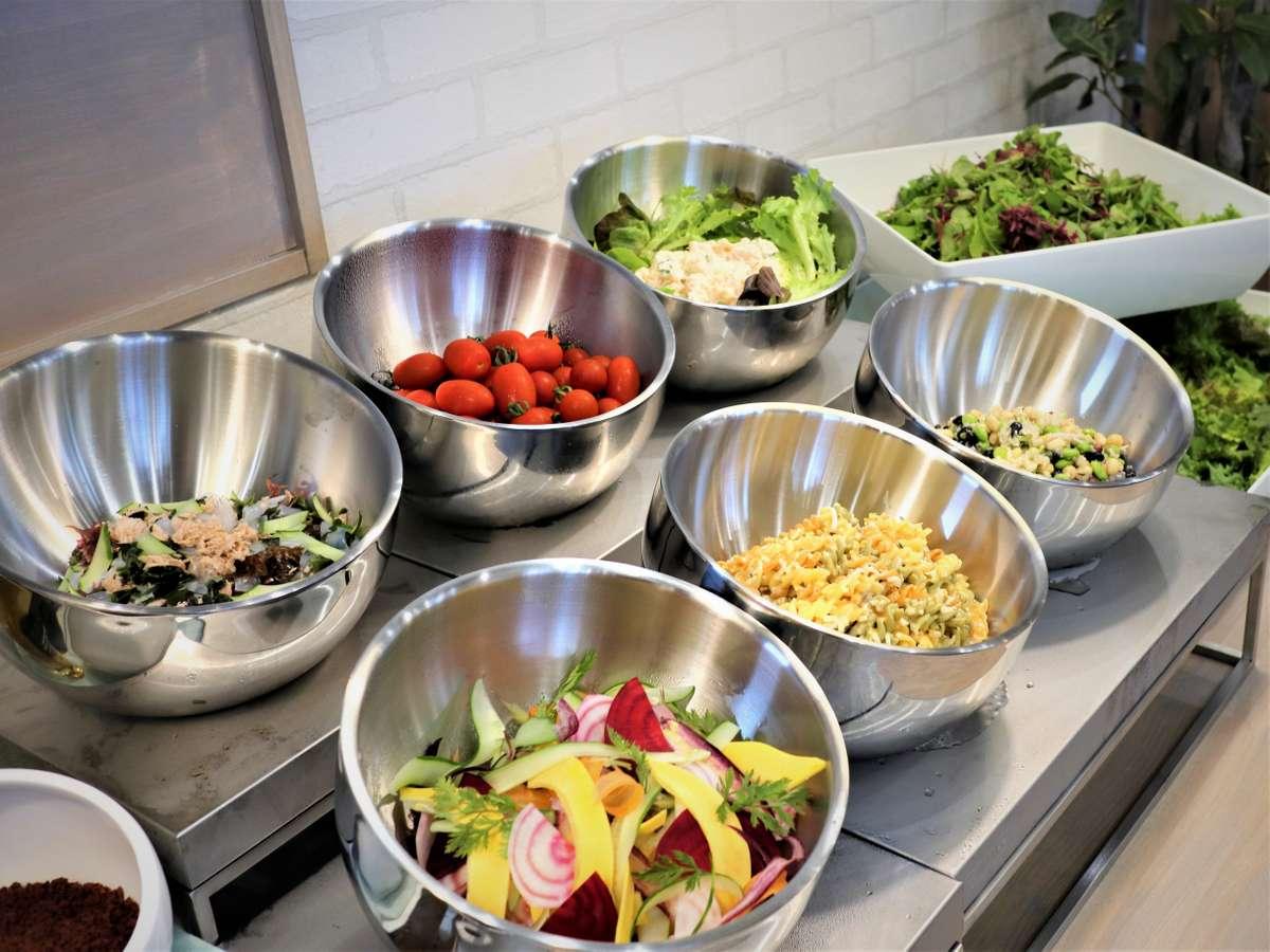サラダは、種類がとっても豊富!女性のお客様にご好評をいただいております!