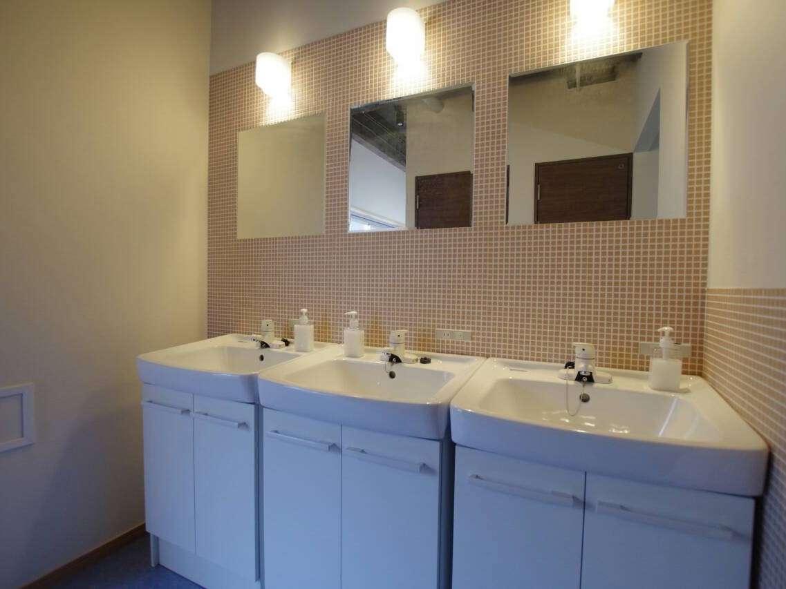 2F。共用洗面所。ヘアドライヤーも無料でお使いいただけます。