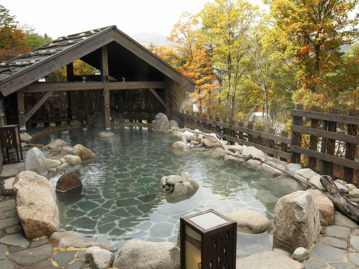 【大浴場】紅葉もお楽しみいただける露天風呂