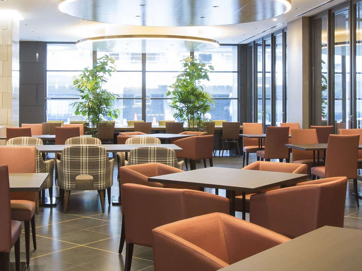 【カフェレストラン】天気の良い日は大きな窓から明るい陽射しを受け、爽やかな雰囲気です。