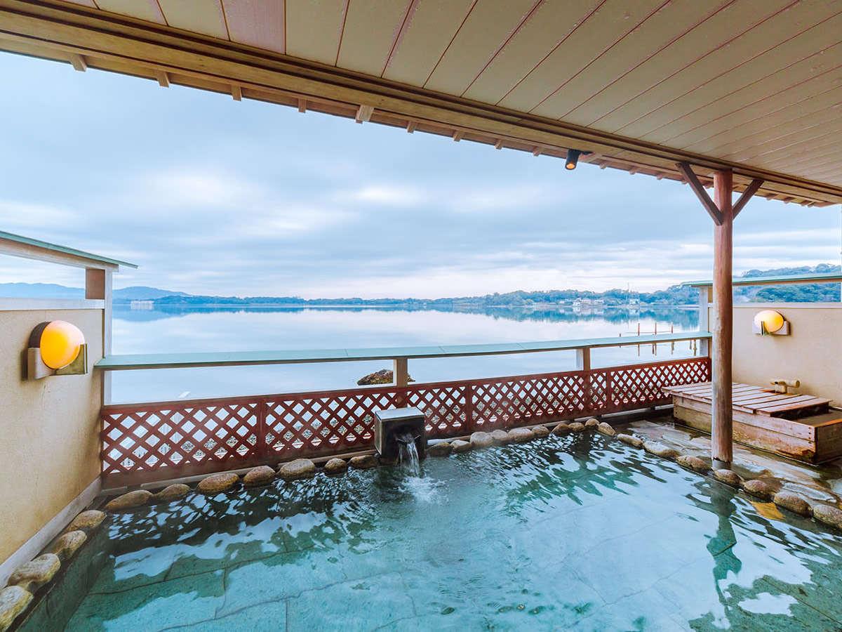 露天風呂 目の前は浜名湖・朝日が昇る瞬間は絶景です。
