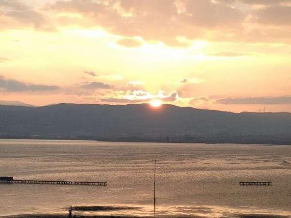 諏訪湖に沈む夕陽。ごゆっくりご覧くださいませ。