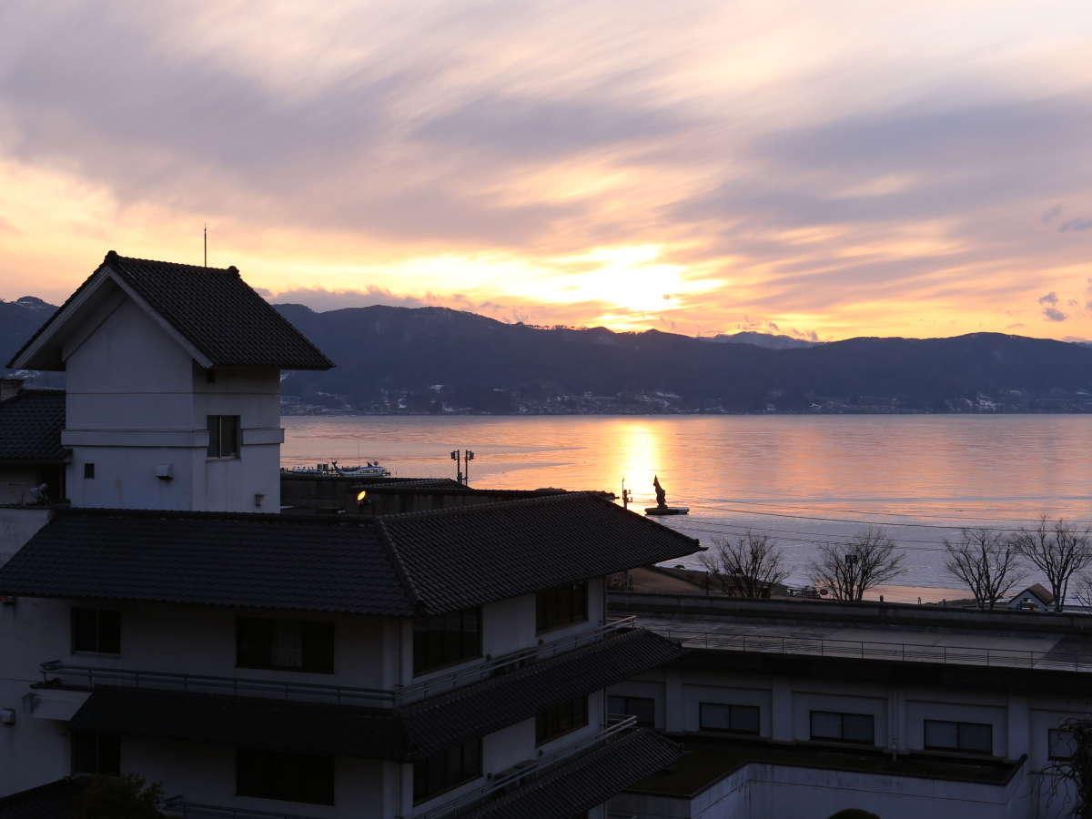 諏訪湖と空が赤く染まり、幻想的な夕暮れの時間。