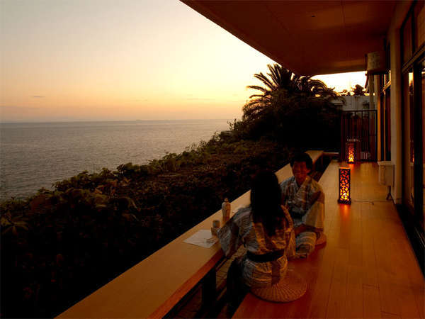 縁側◆夕暮れ時にオレンジ色に染まる海を眺めながらおしゃべりを楽しむひと時♪
