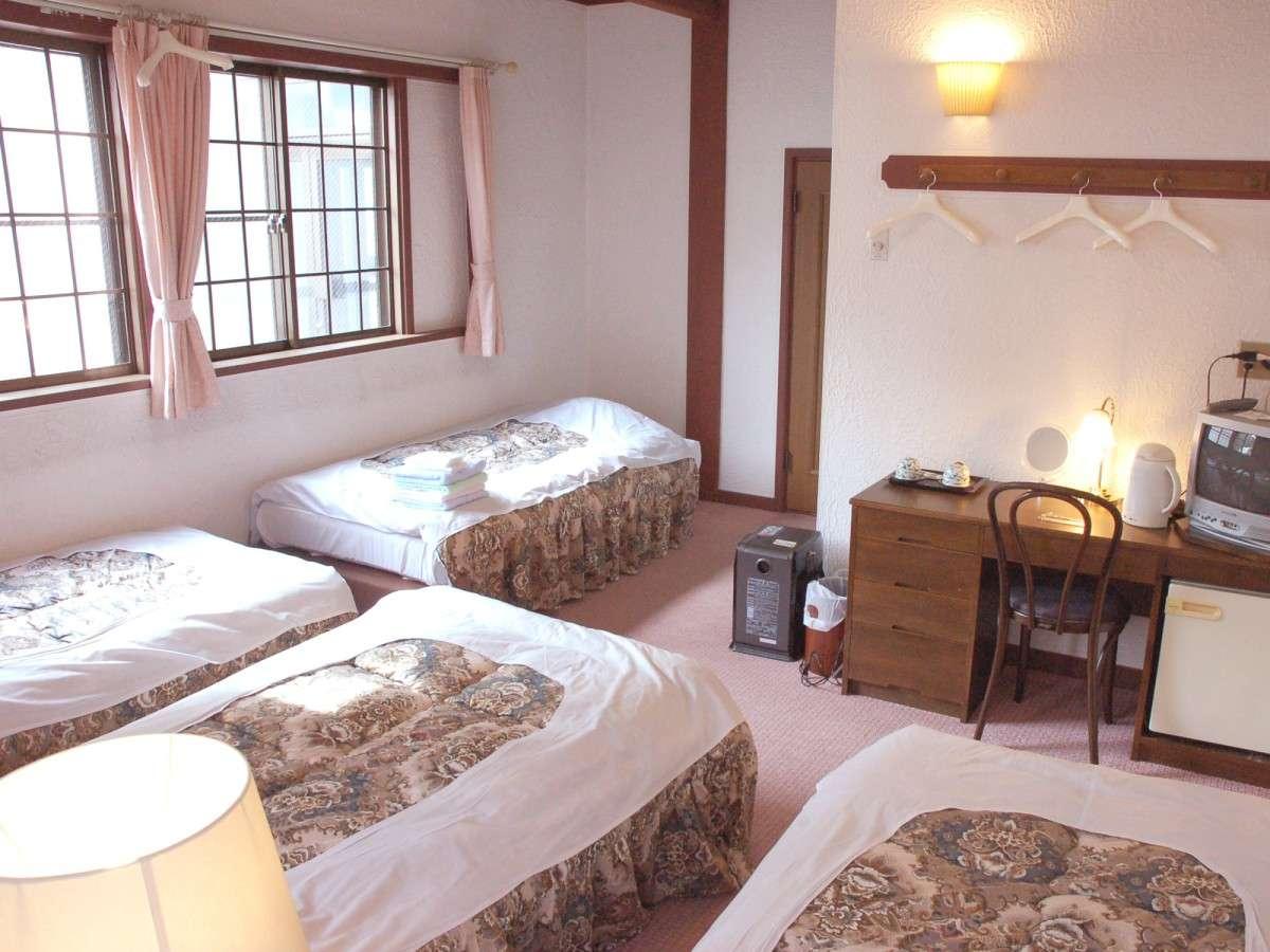 *[洋室フォース一例]シングルベッドを4台配した洋室フォース(19平米)の客室