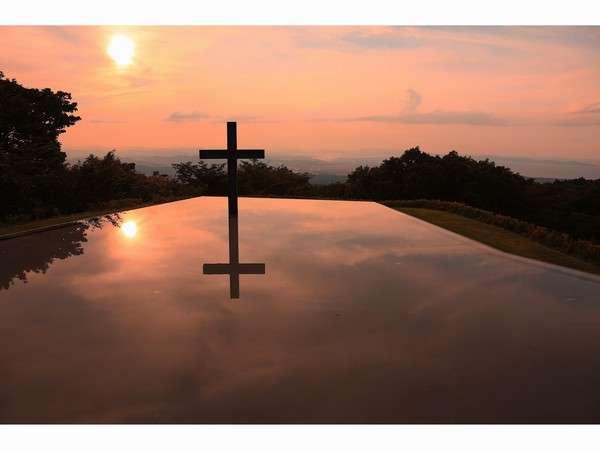 隣接するチャペルから見える水盤に浮かぶ十字架&夕陽