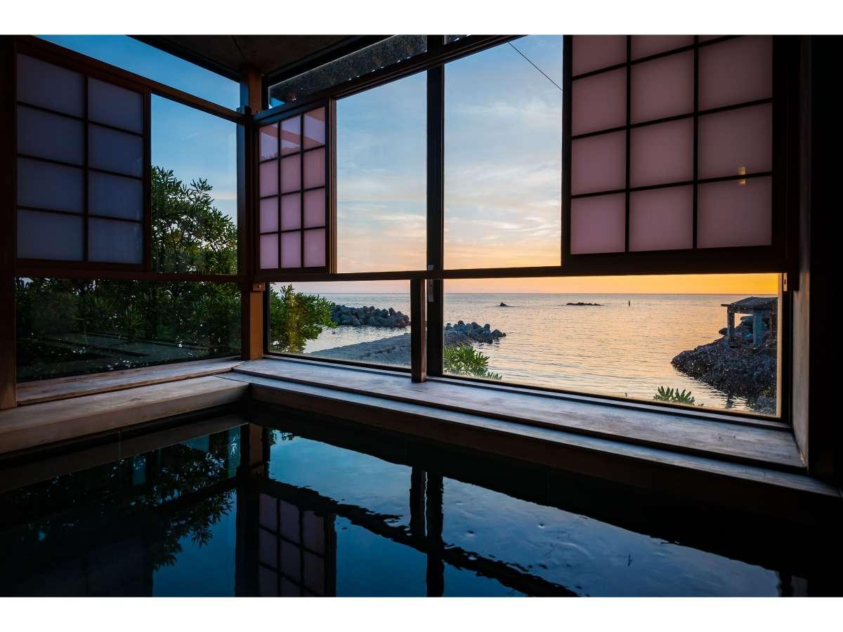 越前くりや温泉につかりながら、日本海を望む四季折々の雄大な景色をお楽しみください(24時間入浴可能)。