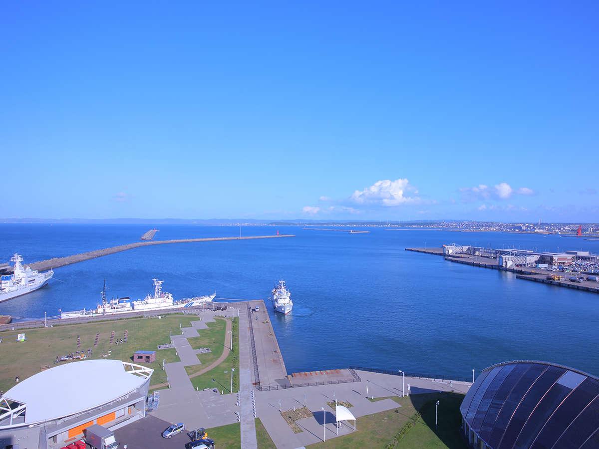 客室から眺めるは、遠くまで広がる日本海と透き通った空とが交わる蒼い水平線