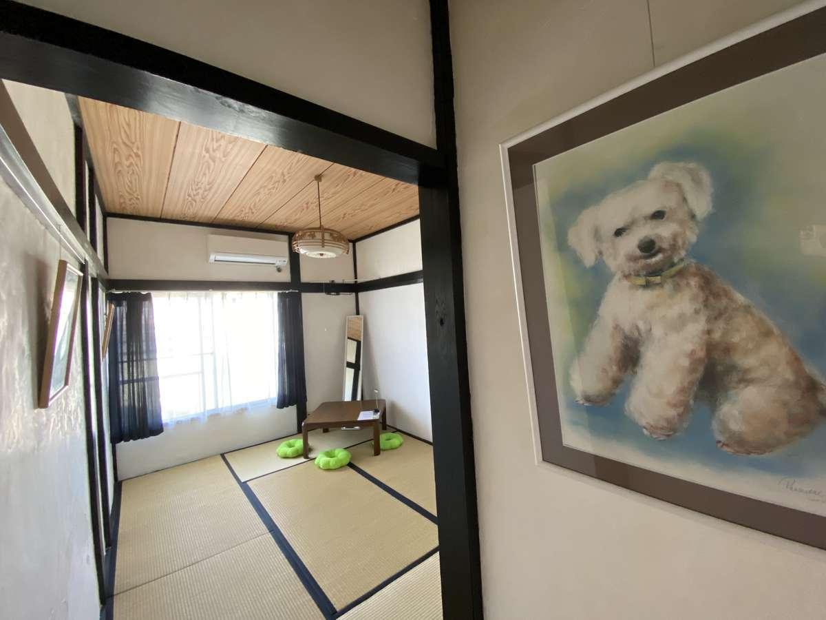 A:漆喰の壁に犬の肖像画を楽しめます。