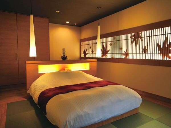 南館【302光】寝室 クイーンベッド1台。もみじの影絵が浮かび上がる。