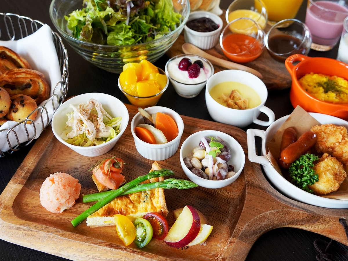 朝食一例 旬野菜のキッシュや焼き立てパン、自家製スムージなど