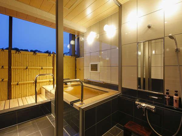 夕暮れ時の露天風呂付きスイート客室です。