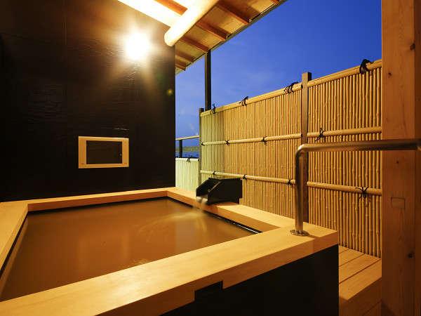夕暮れ時の上級露天風呂付き客室です。
