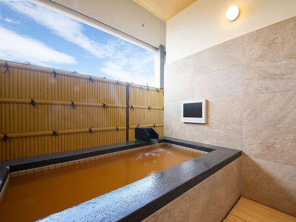 夕暮れ時の露天風呂付き客室です。