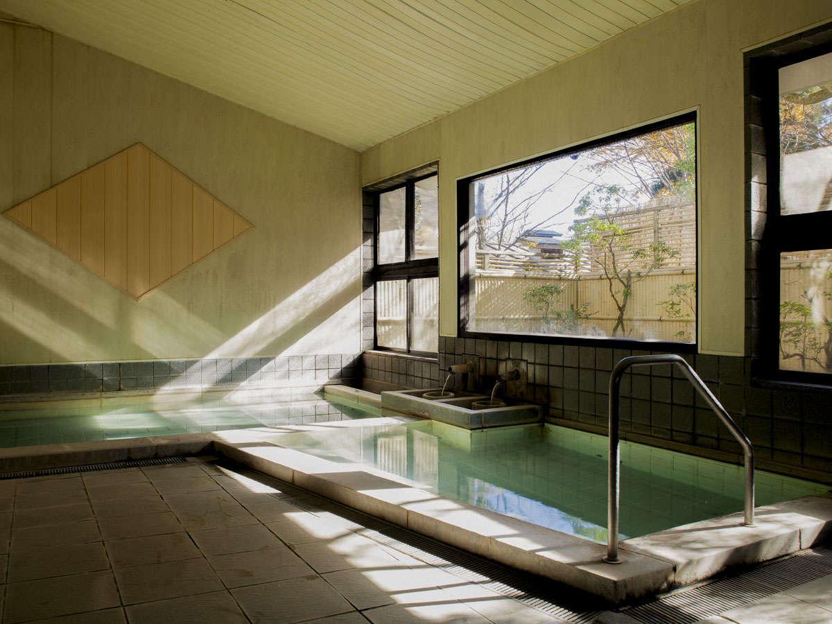 【大浴場】天候や気温により色が変わる神秘的な温泉が、毎分200リットル湧出