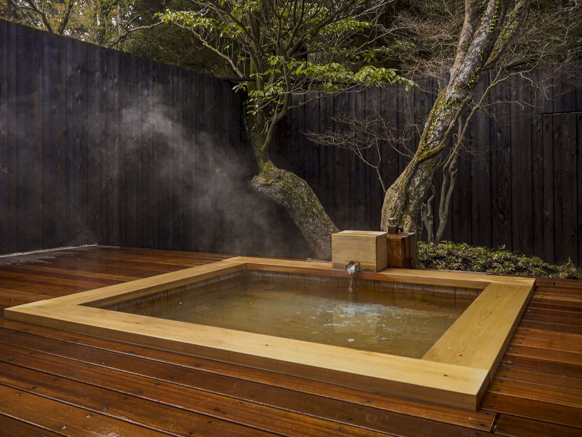 森を眺め、季節と戯れる解放感のある貸切露天風呂。ソファーも完備。宿泊者は無料で入浴できます