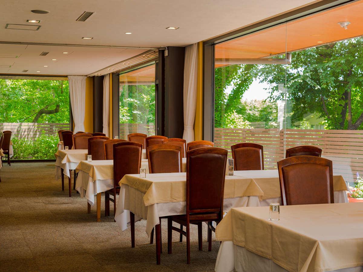 *安曇野の緑と光が溢れる開放的なレストラン。穂高神社・ちひろ美術館など定番スポットの周遊におすすめ!