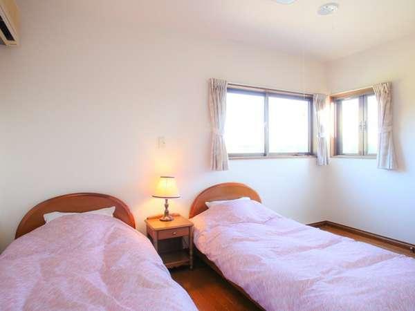 2階の寝室です。ツインツインのお部屋が2つあります。お布団はセルフです