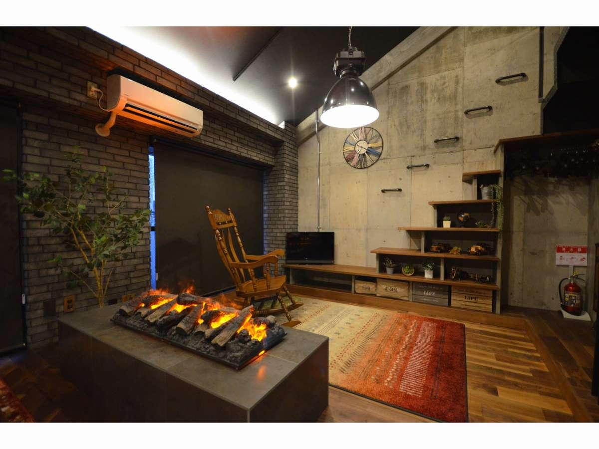 リビングスペース(レプリカの暖炉を設置)