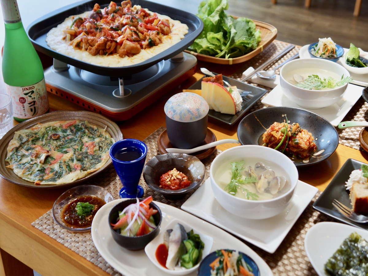 韓国家庭料理の自家製キムチ、ナムル、チジミなどを夕食で楽しめます