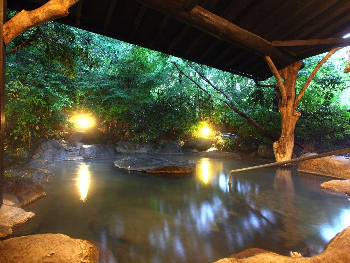 【露天風呂/女湯】常時温泉がかけ流される露天風呂は滞在中24時間いつでもご利用いただけます