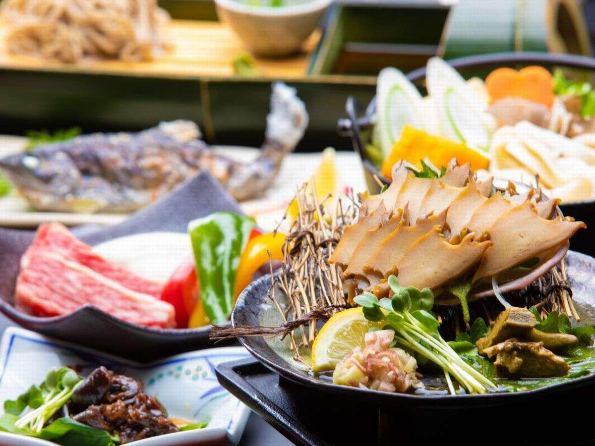 【お夕食】あわび煮貝・和牛の富士山溶岩焼き・ほうとうなど、計10~14品の自慢の郷土料理をご用意します♪
