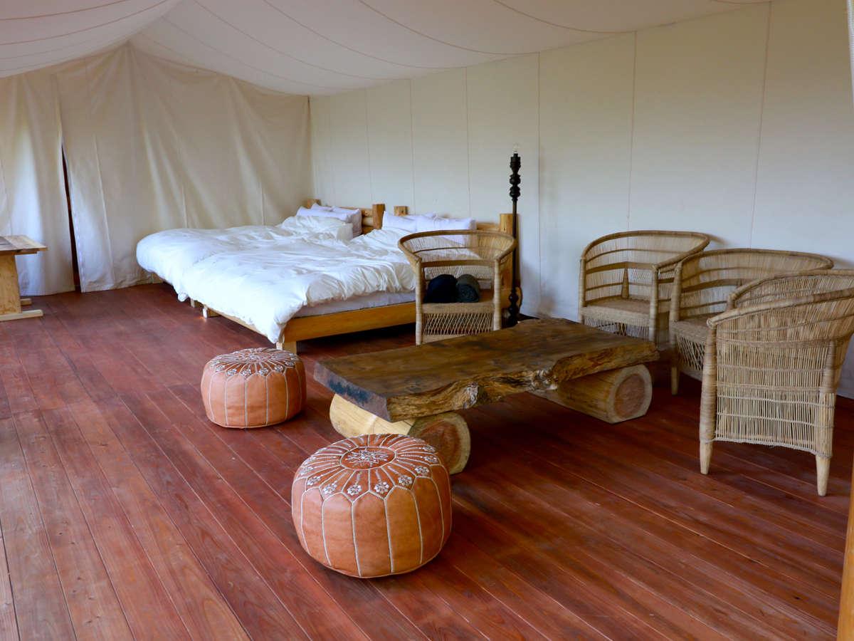 キングサイズベッドが2台、リビングスペースをご利用いただきます。