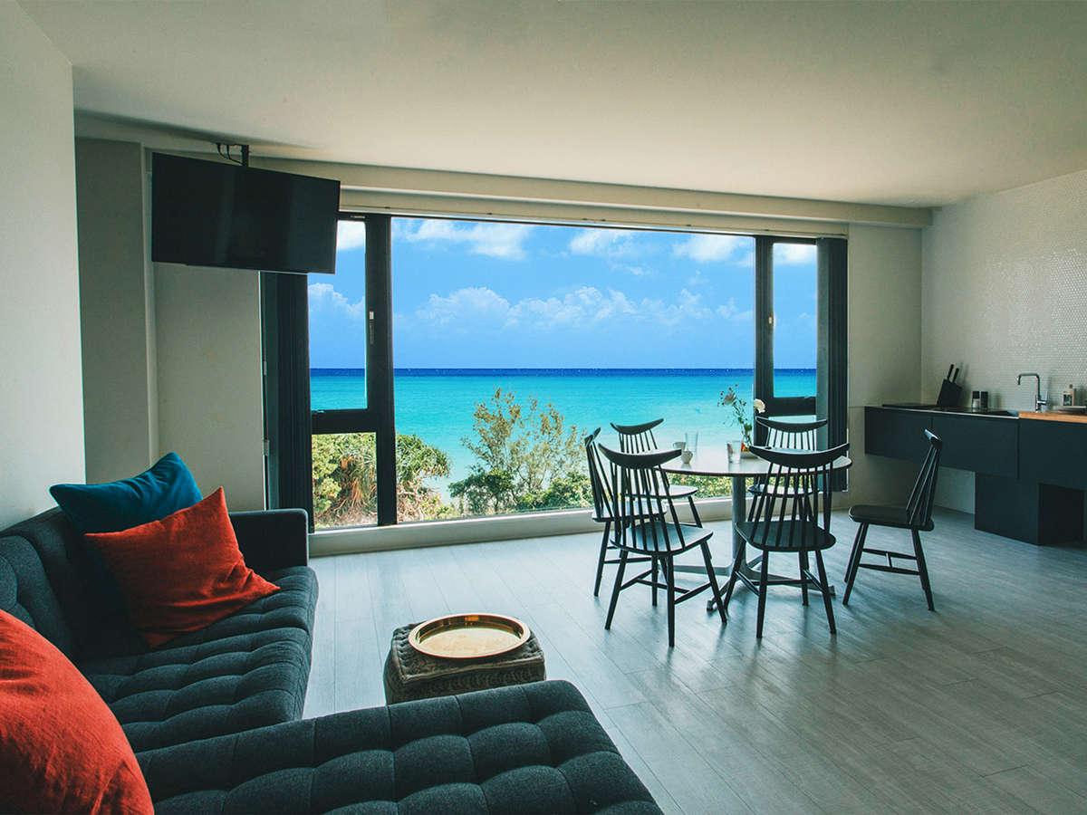 お部屋の窓からは沖縄の海が一望できます。刻一刻と表情を変える瀬名波の大パノラマをご堪能下さい。