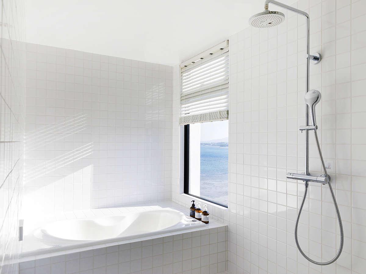 【海が見えるバスルーム】白い光に包まれながら、景色をご堪能下さい。