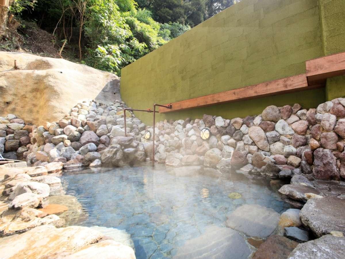 大自然に囲まれた自家源泉の温泉露天風呂。ナトリウム-塩化物・硫酸塩泉でお肌がツルツルしっとりと……