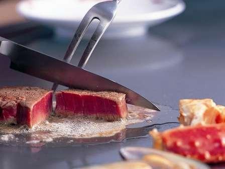 【鉄板焼さざんか】焼き手の軽妙な手さばきを楽しみながら、特選牛肉をはじめ新鮮な魚介類や野菜の味を満喫