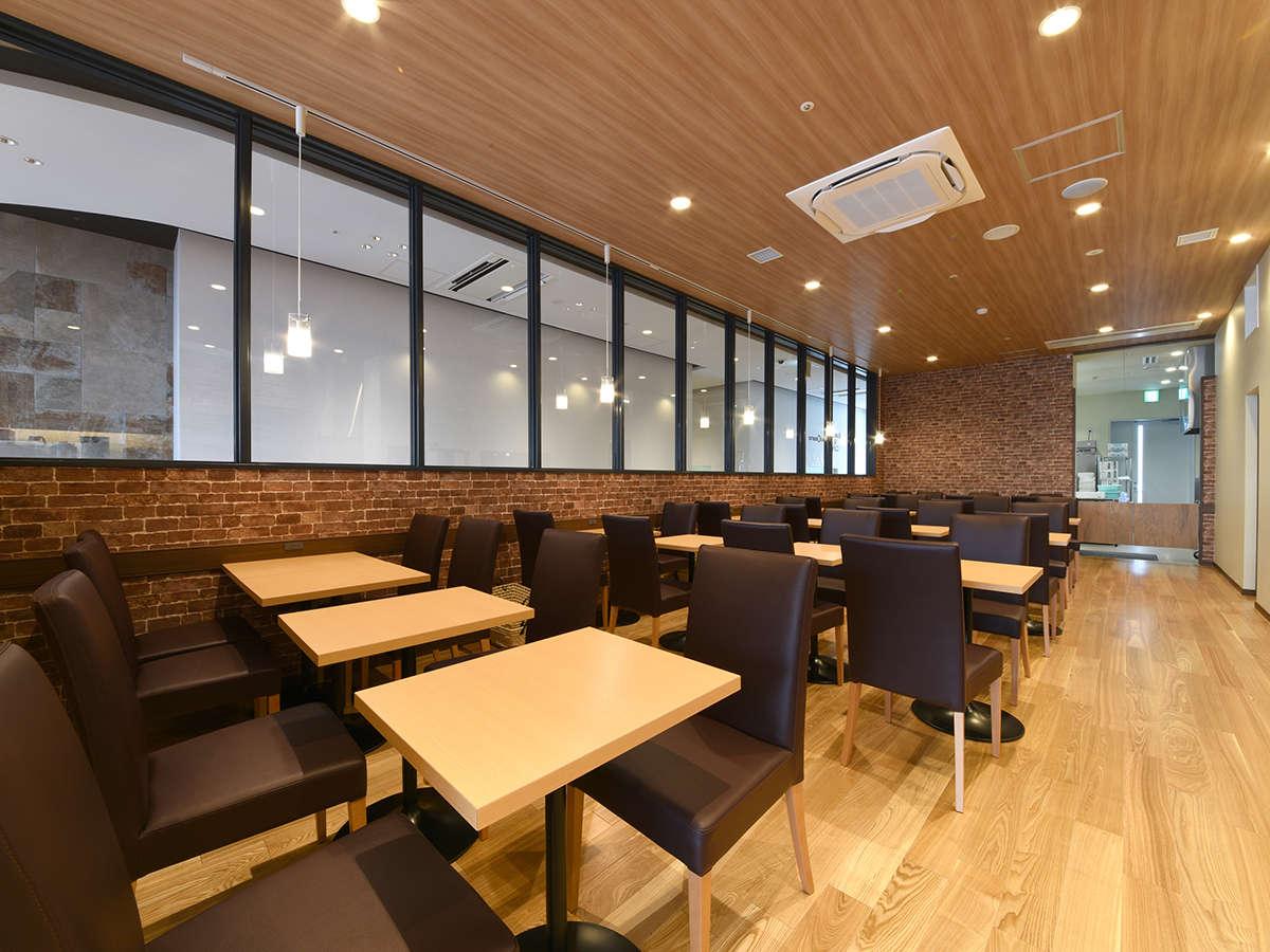テーブル席9卓、喫茶コーナー54席。ごゆっくり朝食をお召し上がりいただけます。