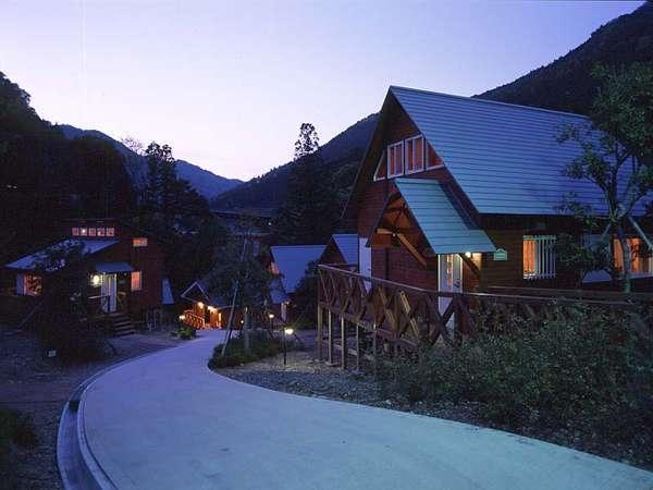1棟貸しの山小屋風コテージ。森に囲まれた静けさは癒しの安らぎ空間★