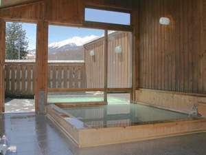 乗鞍岳を望むにごり湯の温泉・露天風呂へは右側の跳ね上げ窓から出られるユニークな造りです。