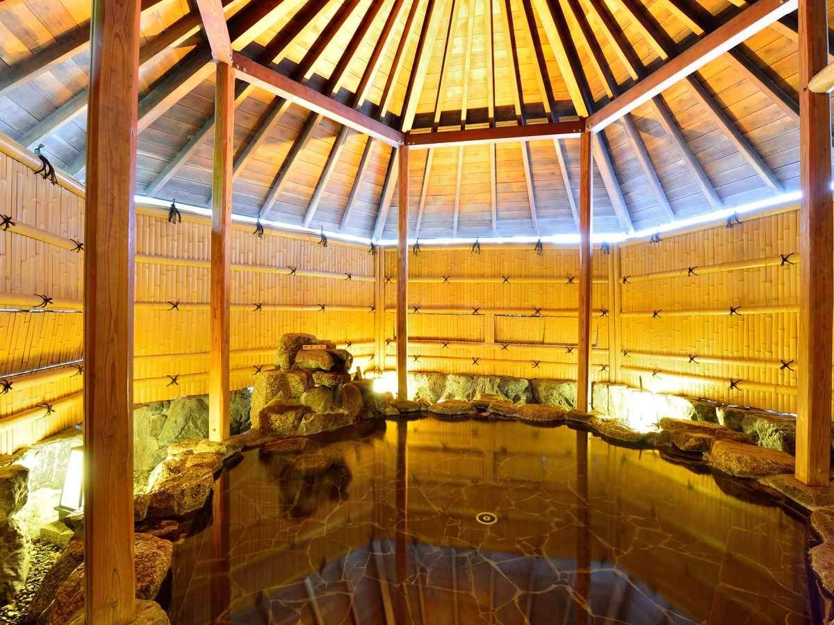 *【杜の湯】開放的な空間で、道後温泉の湯を満喫。