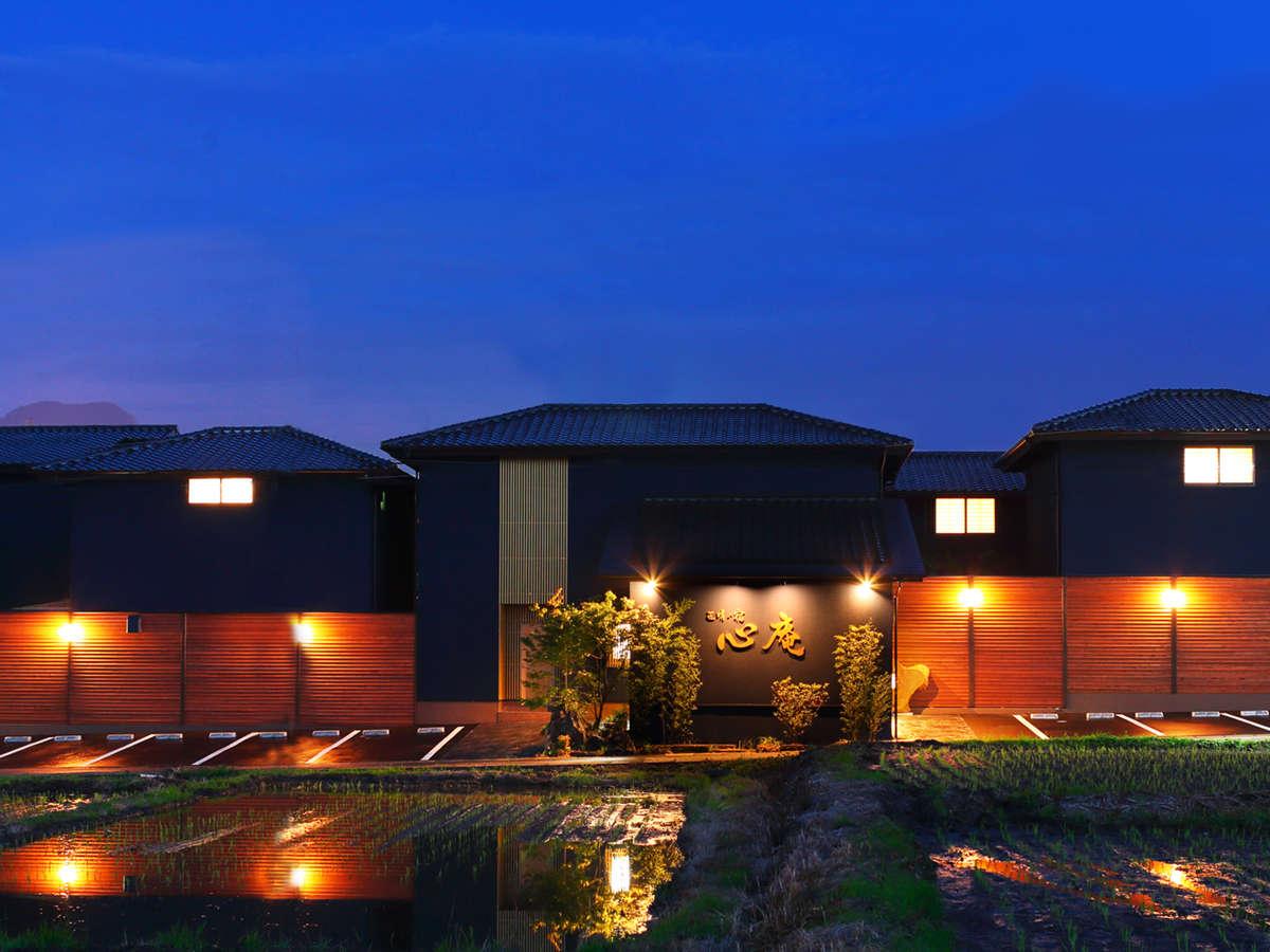全棟メゾネットタイプ、内湯・露天湯完備。当庵は【泊食分離型】の湯宿となっております。