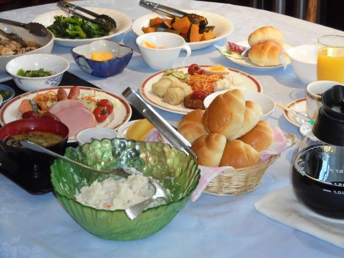 朝食は和洋バイキングでご用意しております。6:30~9:00800円です。