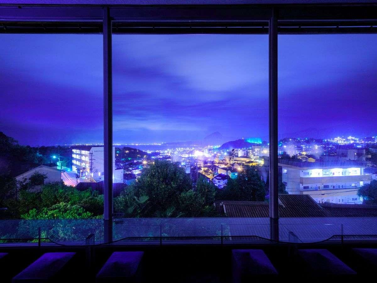 ラウンジからの夜景 大パノラマをお楽しみください