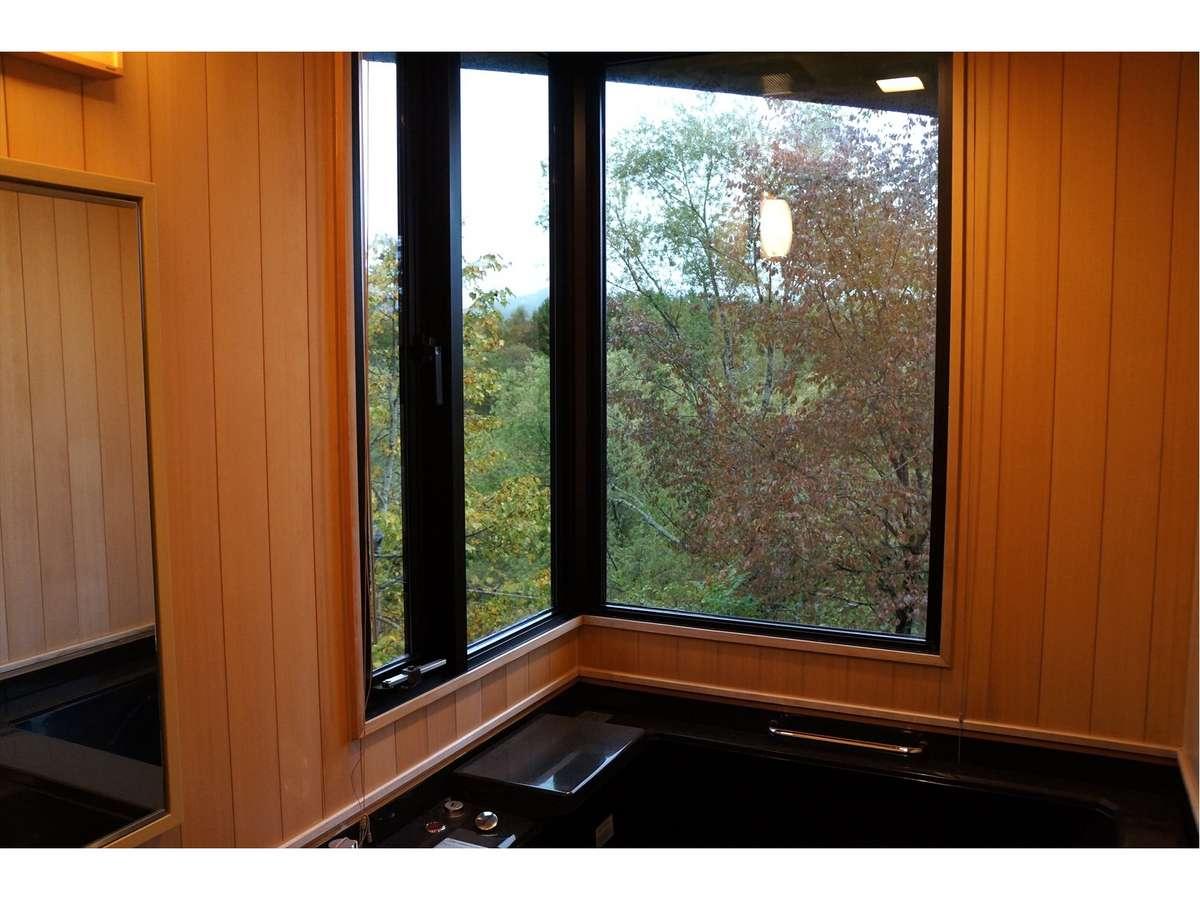 客室用展望風呂からは、紅葉を間近に眺めながらゆっくり至福の時を堪能できます