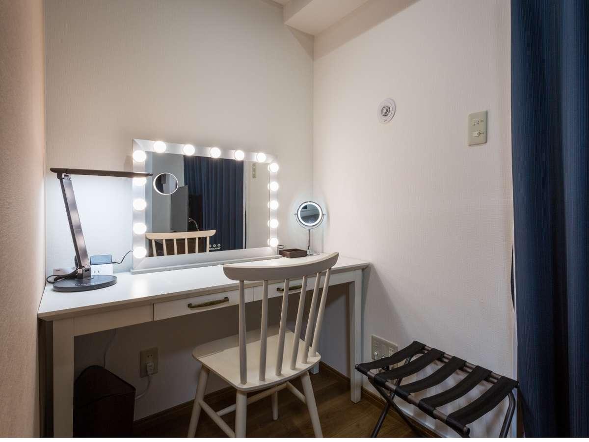 【クイーンダブル】25.2㎡ 1600mm幅のゆったりしたフランスベッド、白い化粧デスク、女優ミラー