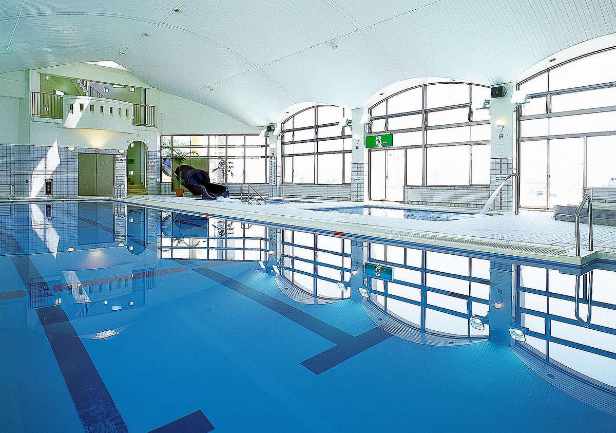 県内最大級の長さを誇るウォータースライダーを完備した温水屋内プール