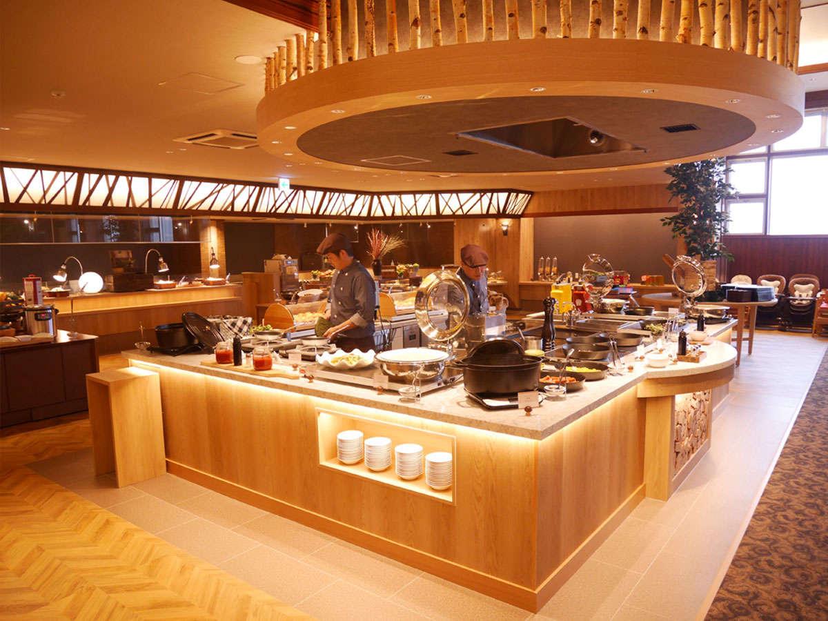 【食事会場】センターグリルはライブ感満載です。