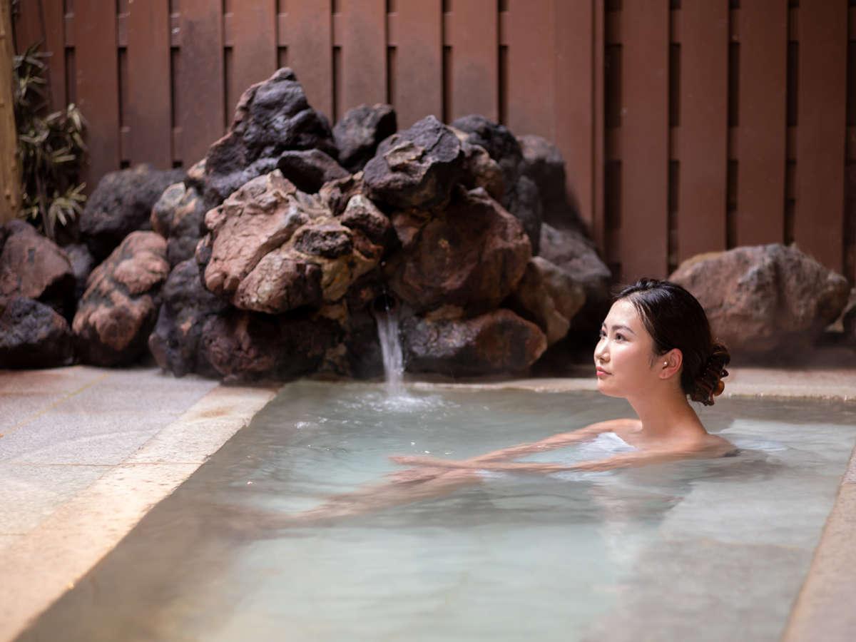 爽やかな風の吹く外湯【弐之湯】目の前の湯畑から直接引き込んだ、源泉100%をお楽しみください。
