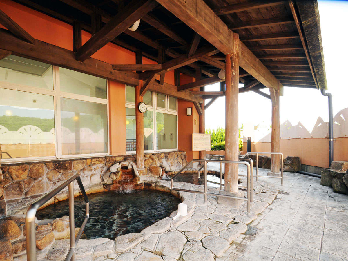 【露天岩風呂】酒米処として知られる高宮町ならではの酒風呂