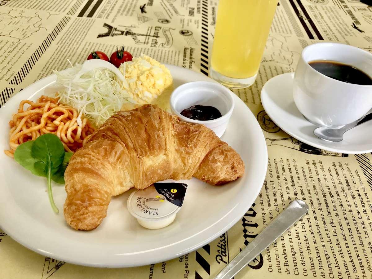 【無料朝食のイメージ】日替わりで種類のパン・おにぎり・サラダ・ドリンクバーをお好きなだけどうぞ